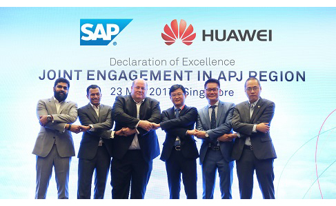 Senior executives from SAP, (from left to right) Henry Victor, Rohit Nagarajan, Steve Van Wyk, and Senior Executives from Huawei, Lei Hui, Lim Chee Siong, Shawn Jiang, sealing the partnership at the signing ceremony