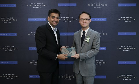 (Right) Yan Xuguang, Director of Integrated Solution, Huawei Singapore receives Telecom Equipment Vendor of the Year award from Ajay Sunder, Vice President, Digital Transformation, Frost & Sullivan.