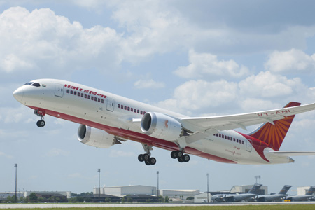 Az Air India Dreamlinere felszállás közben   © AIRportal.hu