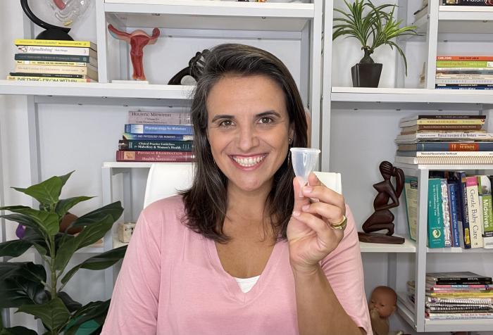 Mariana segura um dos coletores menstruais vendidos pela Inciclo